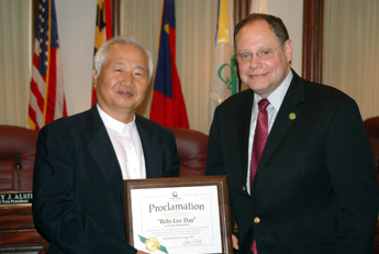 Ilchi Lee with Gaithersburg Mayor Sidney Katz
